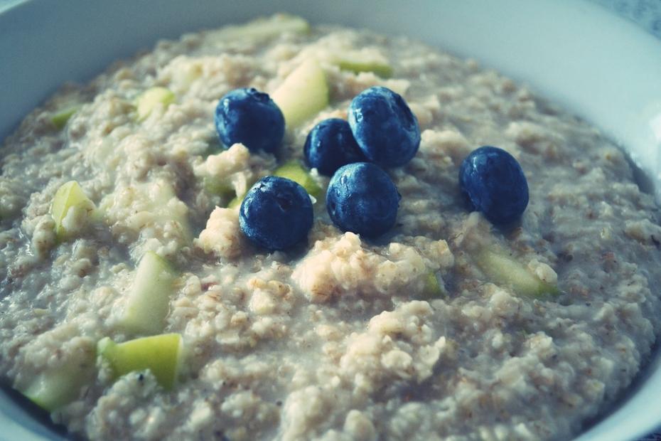 morgenmad-havregrød-med-æbler-blåbær