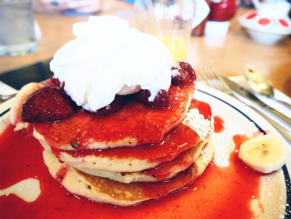 Amerikanske-pandekager-jordbær-banan