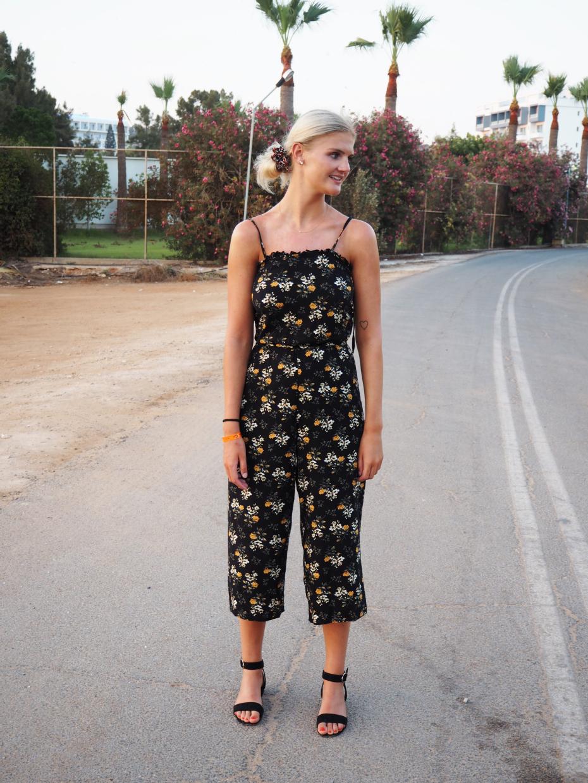 Outfit-blomstret-buksedragt